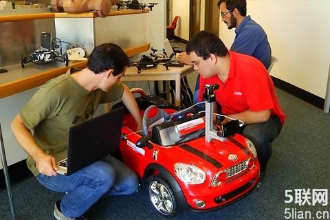 智能手机控制的无人驾驶汽车.   据开发站者介绍,安装在汽车高清图片