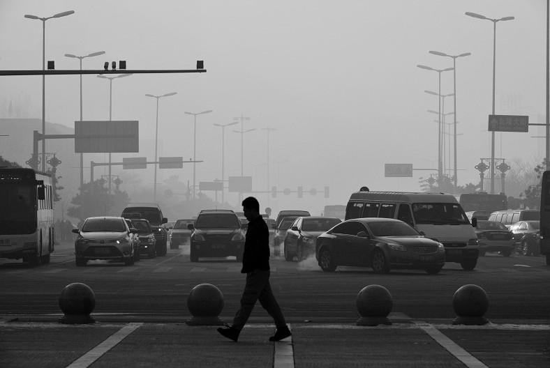 """辽宁省人大代表为减少雾霾天气开出""""良方""""   智能交通规划以减少尾气排放   雾霾几乎成为此次两会上最热门的话题,代表和委员们从多角度对这一问题进行了分析和建议。其中雾霾形成原因之一为大量汽车尾气排放,已经成为广大群众及代表们的共识。   近日,辽宁省人大代表霍起提出《关于""""优化交通管理减少汽车尾气排放""""的建议》,从智能交通提升车辆通畅性,减少停车起步产生尾气的方面,为减少雾霾天气给出了最为实际的一剂""""良方""""。   霍"""
